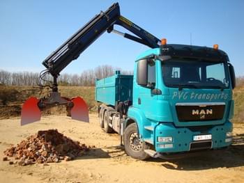 Enlèvement de terre, décombres et déchets de chantier avec camion grue et grappin